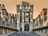 Италия. Озеро Гарда. Сирмионе.Photo of Scaliger Castle (13th century) in Sirmione by lake Garda, Italy. Фото maigi.com - Depositphotos