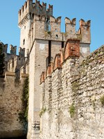 Италия. Озеро Гарда. Сирмионе.Scaligers castle of Sirmione. Фото Massimiliano Pieraccini - Depositphotos