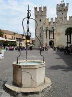 Италия. Озеро Гарда. Сирмионе.The castle of Rocca Scagliera at Simione on Italy. Фото Stefano Ember - Depositphotos