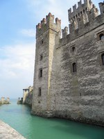 Италия. Озеро Гарда. Сирмионе. The fortified walls of Sirmione at Lake Garda in Italy. Фото Lance Bellers - Depositphotos