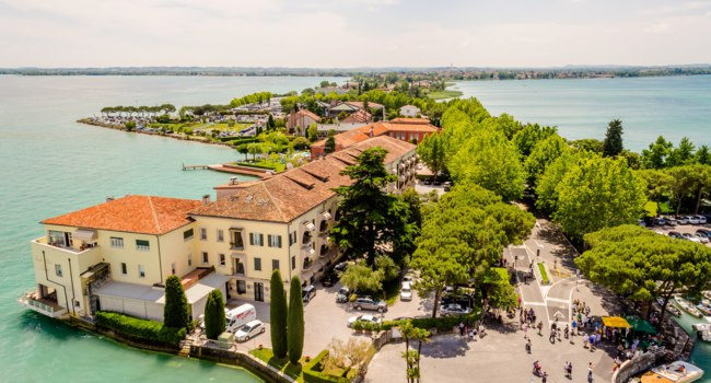 Италия. Озеро Гарда. Сирмионе. Aerial View of Sirmione from the Scaliger Castle over the Garda Lake, Italy. Фото marcorubino - Depositphotos