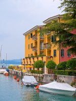 Италия. Озеро Гарда. Hotel in Sirmione, Italy. Фото topdeq - Depositphotos