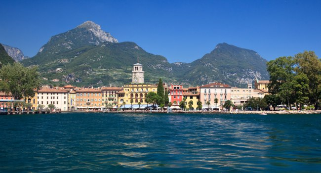 Италия. Озеро Гарда. Riva at the north end of Lake Garda in Italy. Фото steveheap - Depositphotos