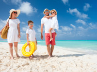 Мальдивы. Maldives. Family on a tropical beach vacation. Фото shalamov - Depositphotos