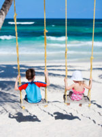 Мальдивы. Maldives. Little kids swinging. Фото shalamov - Depositphotos