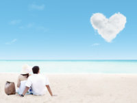 Мальдивы. Beautiful couple geataway on beach and love cloud. Фото realinemedia - Depositphotos
