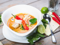 Тайская кухня. Traditional spicy Thai Tom Yam soup. Фото starkovphoto - Depositphotos