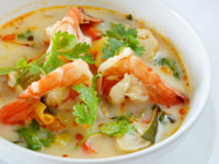 Тайская кухня. Spicy soup with shrimp , Thai food. Фото rakratchada - Depositphotos