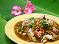 Тайская кухня. Thai Food Spicy Squid Curry on yellow dish. Фото Kris - Depositphotos