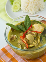 Thai traditional food, Green curry with chicken and eggplant, (Kaeng Khiao Wan Kai). Фото Piyachok - Depositphotos