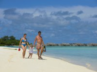 Мальдивы. Gili Lankanfushi Resort, Maldives. Happy family on vacation. Фото benis arapovic - Depositphotos