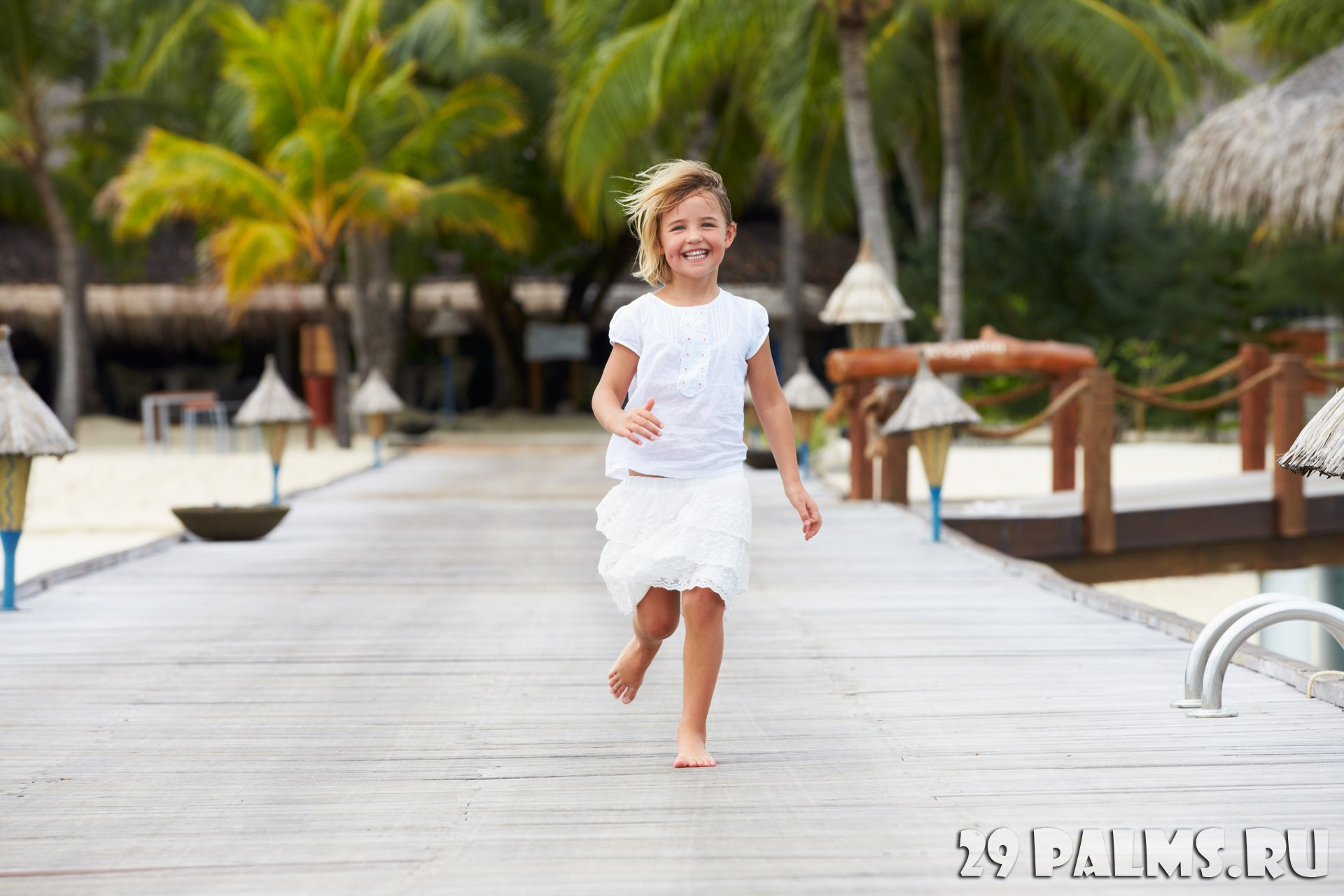Клуб путешествий Павла Аксенова. Мальдивы. Soneva Fushi, Maldives. Child Running Along Wooden Jetty. Фото monkeybusiness - Depositphotos