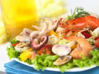Seafood salad with shrimp, clams, octopus tentacles, calamari rings and prawns . Фото ildi_papp - Depositphotos