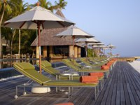 Мальдивы. Anantara Kihavah Villas. Pool Deck Loungers Close up