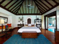 Мальдивы. Anantara Kihavah Villas. Over Water Pool Villa. Bedroom
