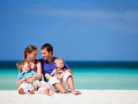 Мальдивы. Anantara Kihavah Villas. Family on vacation. Фото shalamov - Depositphotos