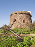 Италия. Сардиния. Sardinia. Portoscuso. Spanish Tower and old anchor. Фото marcopili - Depositphotos