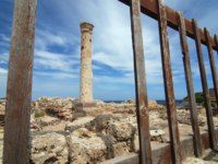Италия. Сардиния. Ancient column and fence. Фото Filip Fuxa - Depositphotos