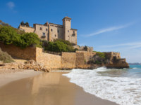 Испания. Коста Дорада. Castle of Tamarit on the Tarragona coast, Catalonia. Фото santirf - Depositphotos