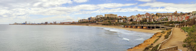 Испания. Коста Дорада. Panoramic view of Miracle Beach and the city of Tarragona, Spain. Фото KarSol - Depositphotos