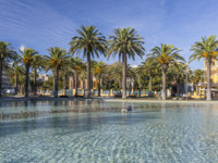 Maritime promenade and pond in mediterranen town of Salou, Costa Daurada, province Tarragona,Catalonia. Фото joanbautista - Depositphotos