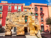 Испания. Каталония. Коста-Дорада. Таррагона. Part of the old medieval wall in the city center of Tarragona, Spain. Фото MadrugadaVerde - Depositphotos