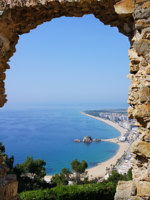 Испания. Каталония. Коста Брава. Beach Blanes view through arch. Costa Brava, Catalonia, Spain. Фото marina99 Depositphotos