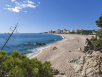 Испания. Каталония. Коста-Брава. Beach in Platja Aro, mediterranean town in Costa Brava,province Girona,Catalonia,Spain. Фото joanbautista - Depositphotos