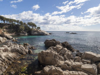 Клуб путешествий Павла Аксенова. Испания. Каталония. Коста-Брава. Seascape, rock formation in Platja Aro,Costa Brava,Catalonia,Spain. Фото joanbautista - Depositphotos