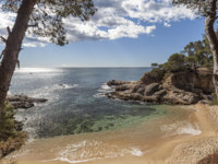 Испания. Каталония. Коста-Брава. Mediterranean beach in Platja Aro, Costa Brava, Catalonia, Spain. Фото joanbautista - Depositphotos