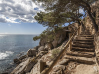 Испания. Каталония. Коста-Брава. Parapet walk, cami de ronda, by the mediterranean sea in Costa Brava, Platja Aro, Catalonia, Spain. Фото joanbautista - Depositphotos