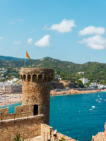 Испания. Коста Брава. Тосса-де-Мар. Old Fortress in Tossa de Mar. Фото Nanisimova_sell - Depositphotos