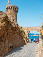 Испания. Коста Брава. Тосса-де-Мар. Fortress among rocks in Tossa de Mar. Фото Nanisimova_sell - Depositphotos
