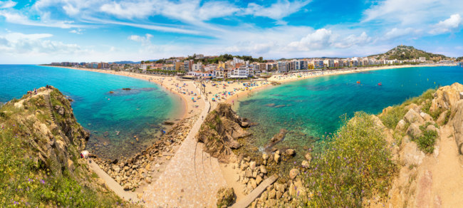 Испания. Коста Брава. Бланес. Beach in Blanes in Costa Brava. Фото bloodua - Depositphotos