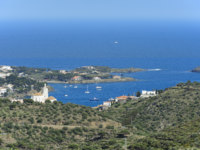 Испания. Коста Брава. Кадакес. View of Cadaques from mountain. Фото andreslebedev - Depositphotos