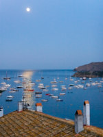 Испания. Коста Брава. Кадакес. Moon rising in the Mediterranean sea over Cadaques. Фото peresanz - Depositphotos