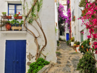 Испания. Коста Брава. Кадакес. View of a street of Cadaques, Costa Brava, Spain. Фото Juan moyano Depositphotos