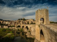 Испания. Каталония. Бесалу. Romanesque bridge over river, Besalu. Фото nejron Depositphotos