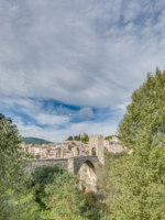 Испания. Каталония. Бесалу. Medieval bridge in Besalu, Spain. Фото Anibal Trejo - Depositphotos
