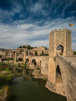 Испания. Каталония. Бесалу. Ancient romanesque bridge over river, Besalu. Фото A_Pidjass Depositphotos