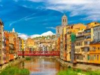 Испания. Каталония. Жирона. Colorful yellow and orange houses and Eiffel Bridge, Old fish stalls, reflected in water river Onyar, in Girona. Фото olgacov -
