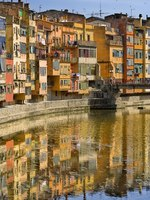 Испания. Каталония. Жирона. Girona houses reflected in the river. Catalonia. Spain. Фото Sonia Berdullas Gonzalez - Depositphotos