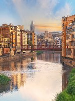 Испания. Каталония. Жирона. Sunset in Old Girona town, view on river Onyar. Фото lena_serditova@mail.ru - Depositphotos