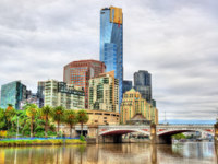 Skyline of Melbourne along the Yarra River and Princes Bridge in Australia. Фото Leonid_Andronov - Depositphotos
