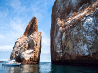 Эквадор. Галапагосские острова. Cliff Kicker Rock, the icon of divers, the most popular dive, San Cristobal Island, Galapagos. Фото xura - Depositphotos
