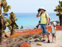Эквадор. Галапагосские острова. Father and daughter at scenic terrain on Galapagos South Plaza island. Фото shalamov - Depositphotos