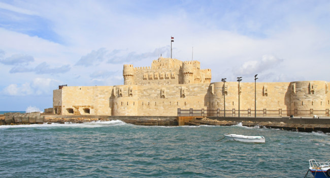 Клуб путешествий Павла Аксенова. Из истории Египта. Александрия. Citadel of Qaitbay in Alexandria bay Egypt. Фото Baloncici - Depositphotos