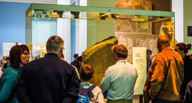 Из истории Египта. Tourists visiting the Rosetta Stone at British Museum, high dynamic range. Фото claudiodivizia - Depositphotos