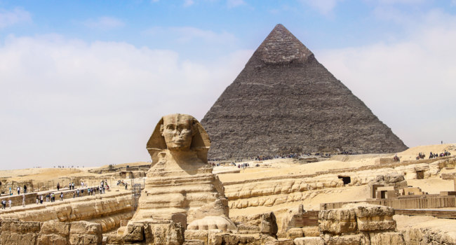 Египет. Гиза. Большой сфинкс. Sphinx and the Great Pyramid in the Egypt. Фото bloodua - Depositphotos