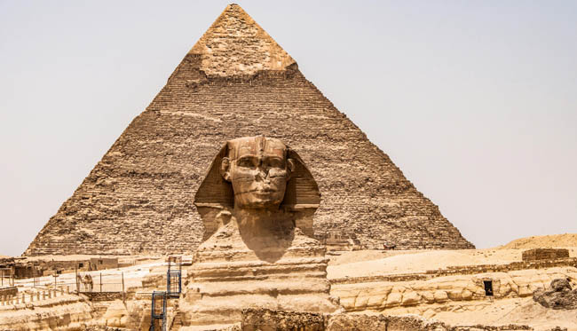 Египет. Гиза. Большой сфинкс. Egyptian Great Sphinx full body portrait head,with pyramids of Giza background Egypt empty with nobody. Фото donogl-Depositphotos